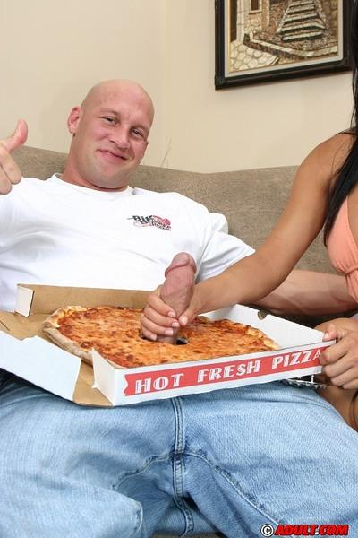 Latina vixen fucks a hung pizza-guy and takes a cumshot in her mouth