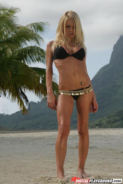 Blonde Jesse Jane demonstrates her amazing naked body on the camera