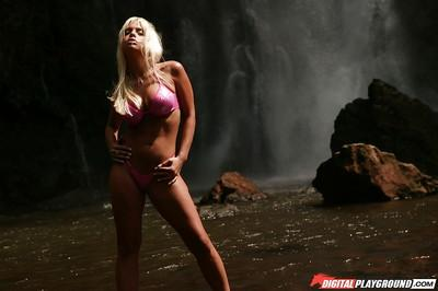 Skinny slender blonde Jesse Jane shows off her awesome naked shape