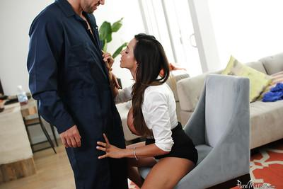 Latina milf with brunette hair Ariella Ferrera enjoys hardcore sex