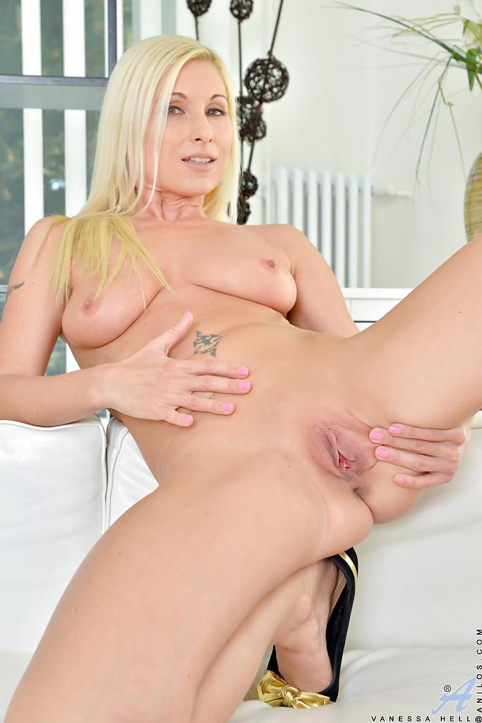 Nackt blond milf
