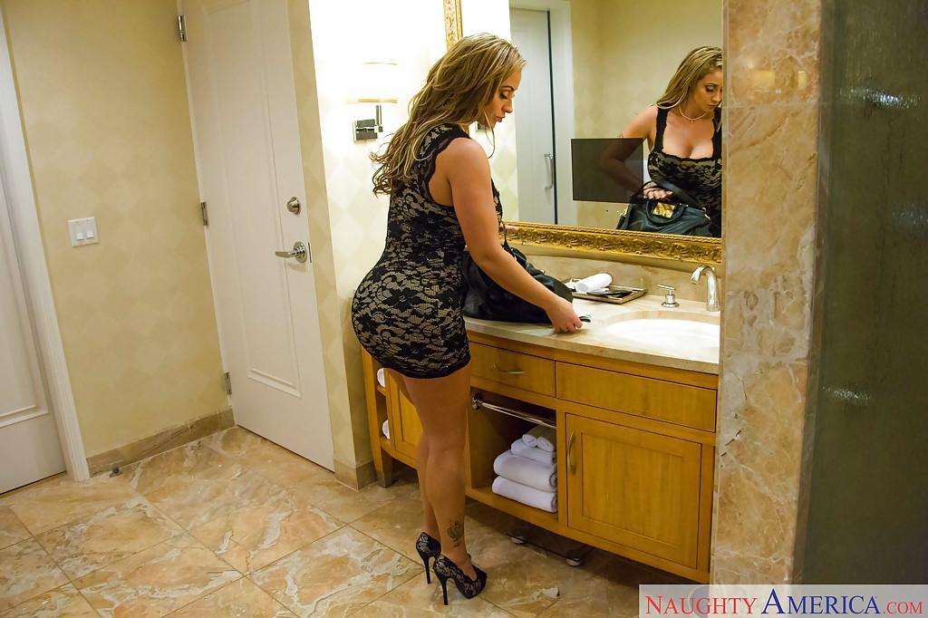 Eve Angel neukt in de badkamer