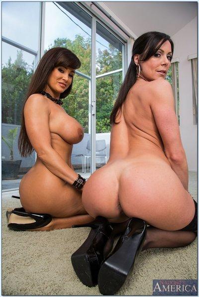 Hot mature lesbian cuties Kendra Passion & Lisa Ann striptease each other