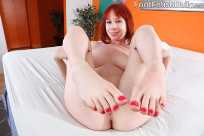 Zoey nixon unveils her pale soles and benefits from bonked