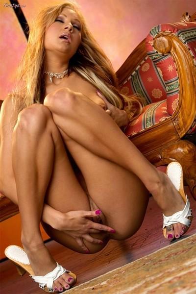 Cute pornstar amy reid unveils gorgeous pussy