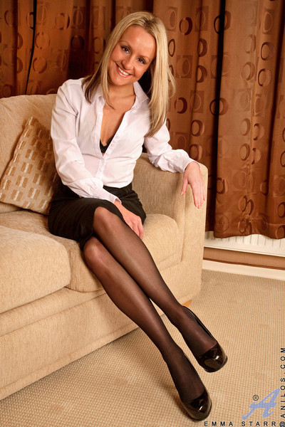 Sweaty anilos cougar drills her milf gentile with a vibrator