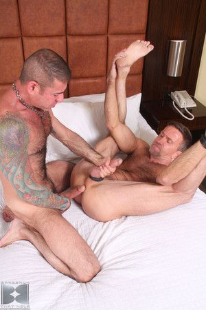 Everyone loves to watch a hot daddy there a big dick fuck. But at present daddies elicit daddies and Matt Sizemore is yon Disturbing elicit of a daddy as he continues to explore his inside bottom. With handsome, hung, tattooed Italian Zenith Dad, Matt let