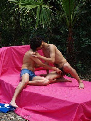 Sporty twink boy gets to relaxing outdoor coupling