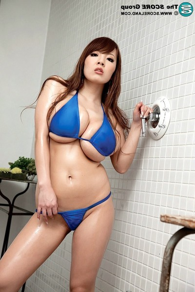Bigger-chested japanese cuties hitomi tanaka posing in bikini