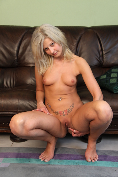 Willowy amateur amateur Kelly sits on a raw sex-toy
