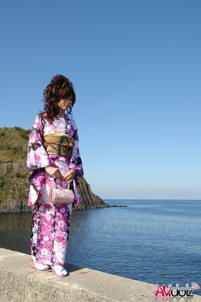 Chinese exhibit Chiaki strolls along the beach and surrounding area in a kimono
