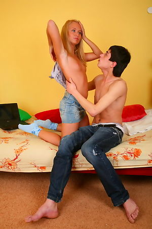 Dreamboat amateur hottie grinds on a tough knob with entirely thick head