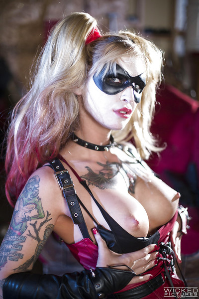 Cosplay pornstar Kleio Valentien attractive a jizz flow in maw from Batman