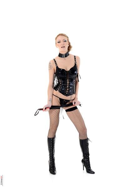 Clammy hotty erotic dance in ebon latex and fishnet
