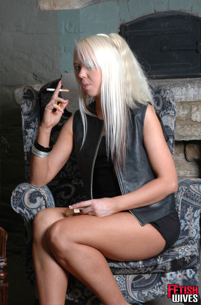 Alaysha fond of to have fun with her vagina as this girl smokes