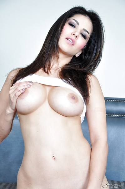 Fascinating queen with delicious forms Adorable Leone wishes to participate with her muff