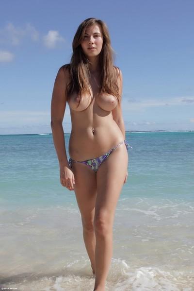 Boobsy juvenile dark hair jerking off in the beach