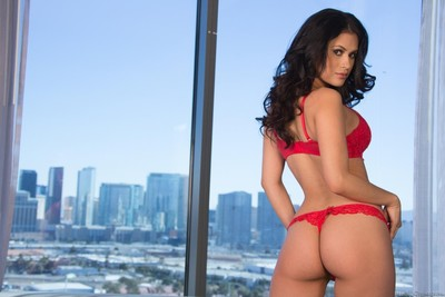 Sexual and sweaty stevie shae and vanessa veracruz show biggest mambos and booties!