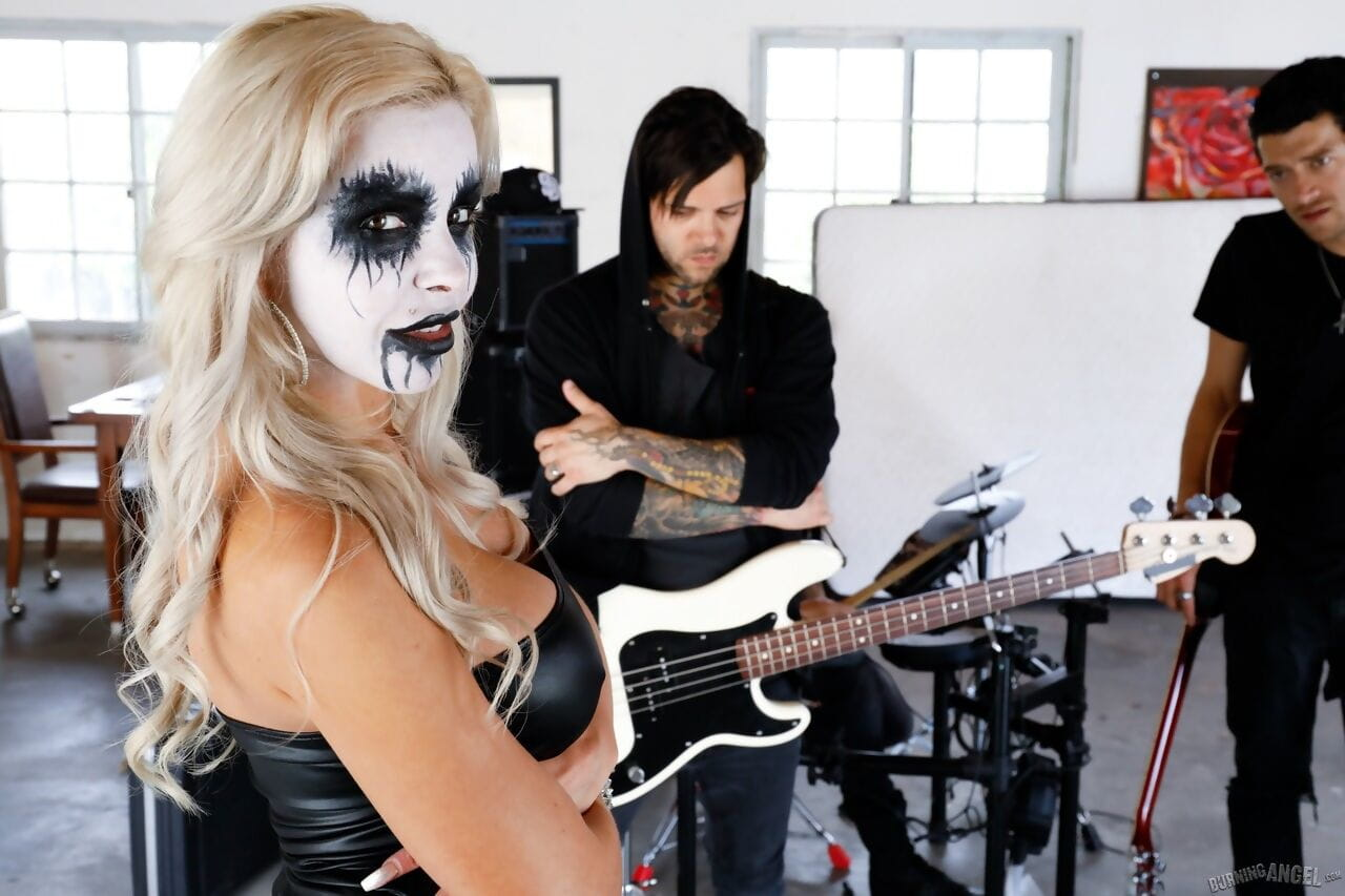 Maddening metal singer Nina Elle purchases owned by her guitarists subsequently rehearsal