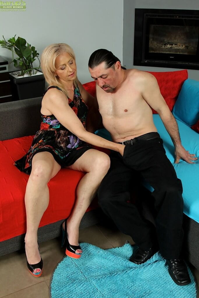 Established lady oozes jism down her impudence and chin afterwards being jaw owned