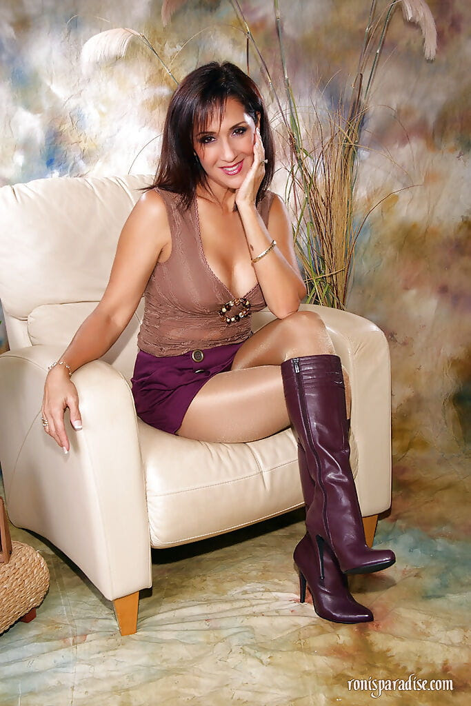 Ripe hotty Roni denudes love bubbles and standing in shiny cylinder and boots