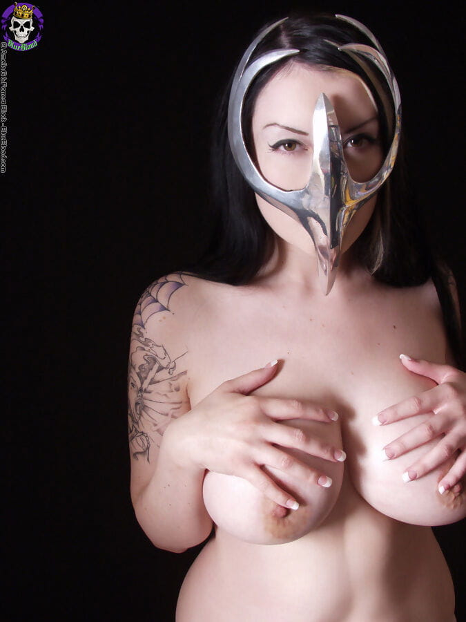 Goth princess Vamp Dahlia Murky snatches her giant naturals wearing a Cell blocking cloth