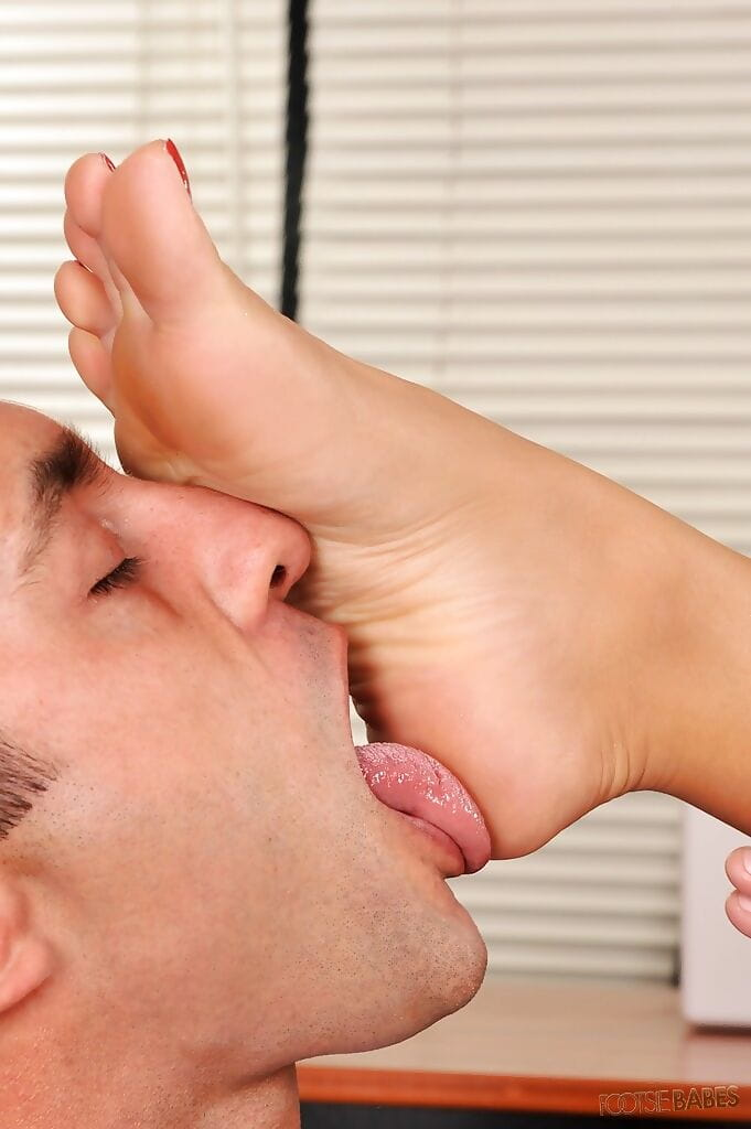 Lewd secretary Rio Lee accepts her barefeet licked and gives a footjob