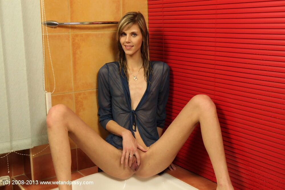Girl Sindy Vega is sitting in the baths and peeing as that babe satisfy
