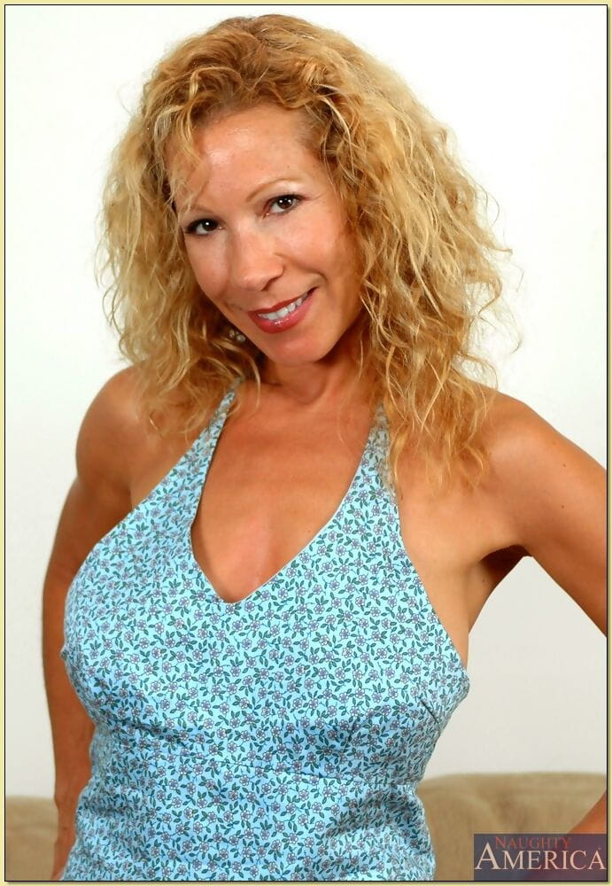 Full-grown woman Kimmie Morr shows wonderful wobblers and stretches enthralling fur pie