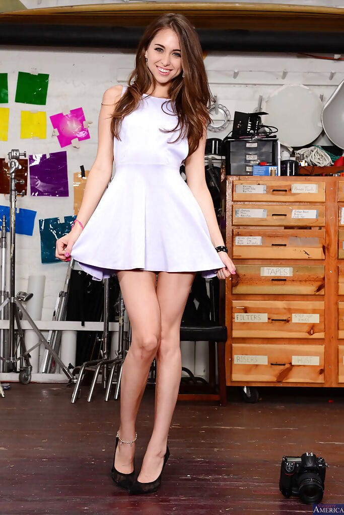 Riley Reid pines for to do some pictures whilst having her pictures taken