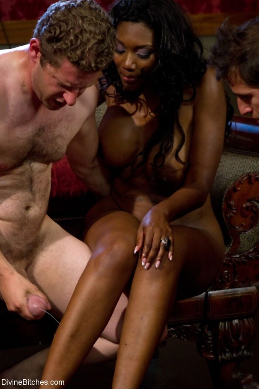 Rounded brown wife Nyomi Banxxx has her cuckold kiss ball batter from her leg