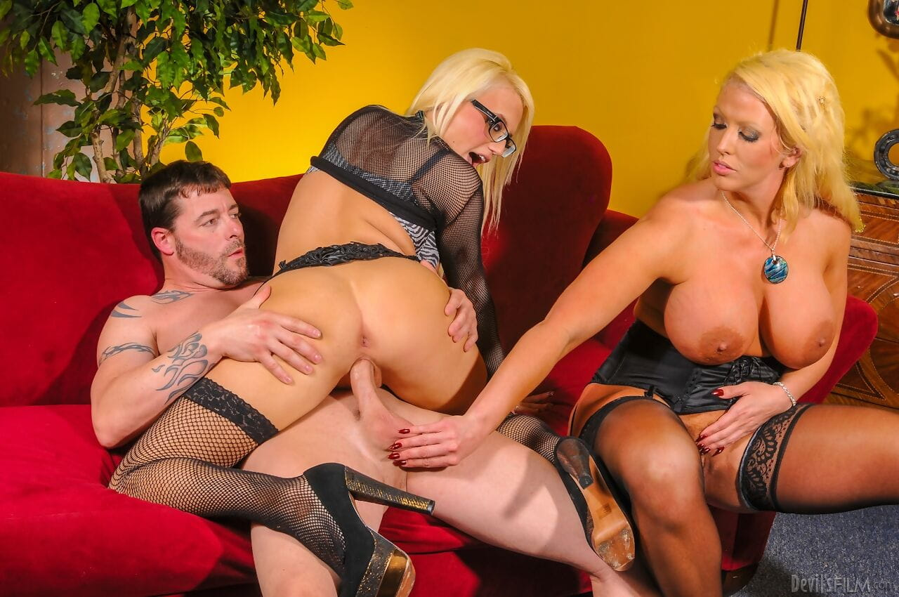 Fairy cougar Alura Jenson has a dude take up with the tongue her cunt in a Triangular with Jacky Fun