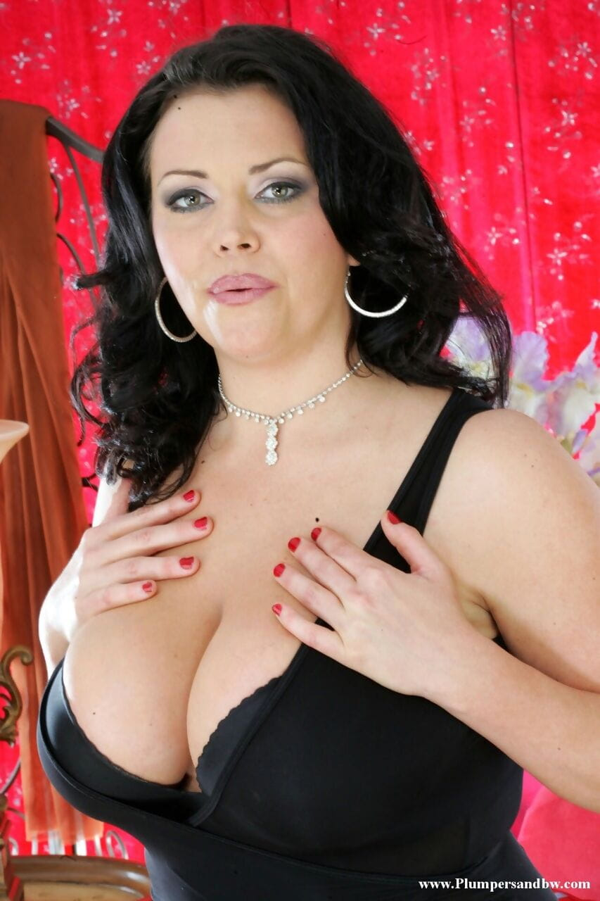 Thick woman uncovers massive scoops in advance of toying her muff in sheer nylons