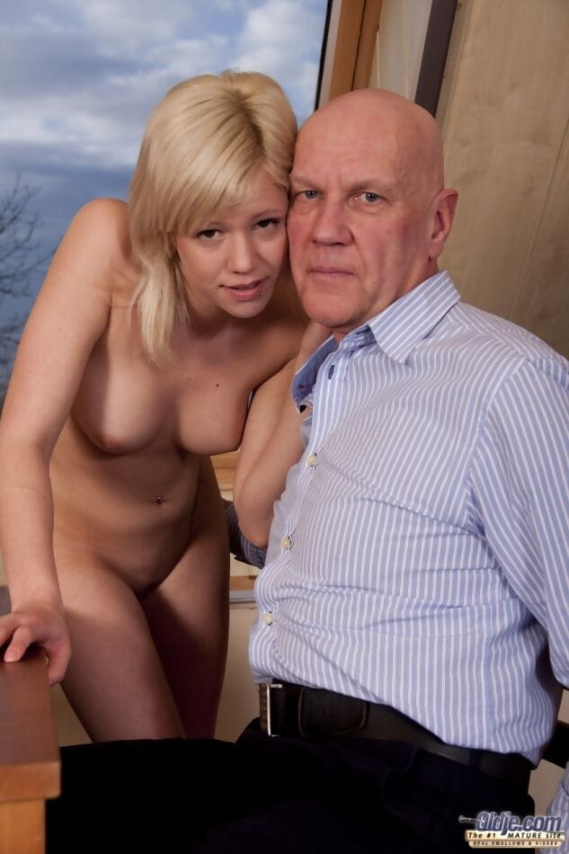 Adolescent looking blond pretty has her toes licked later on oral-sex pleasures with an grandad
