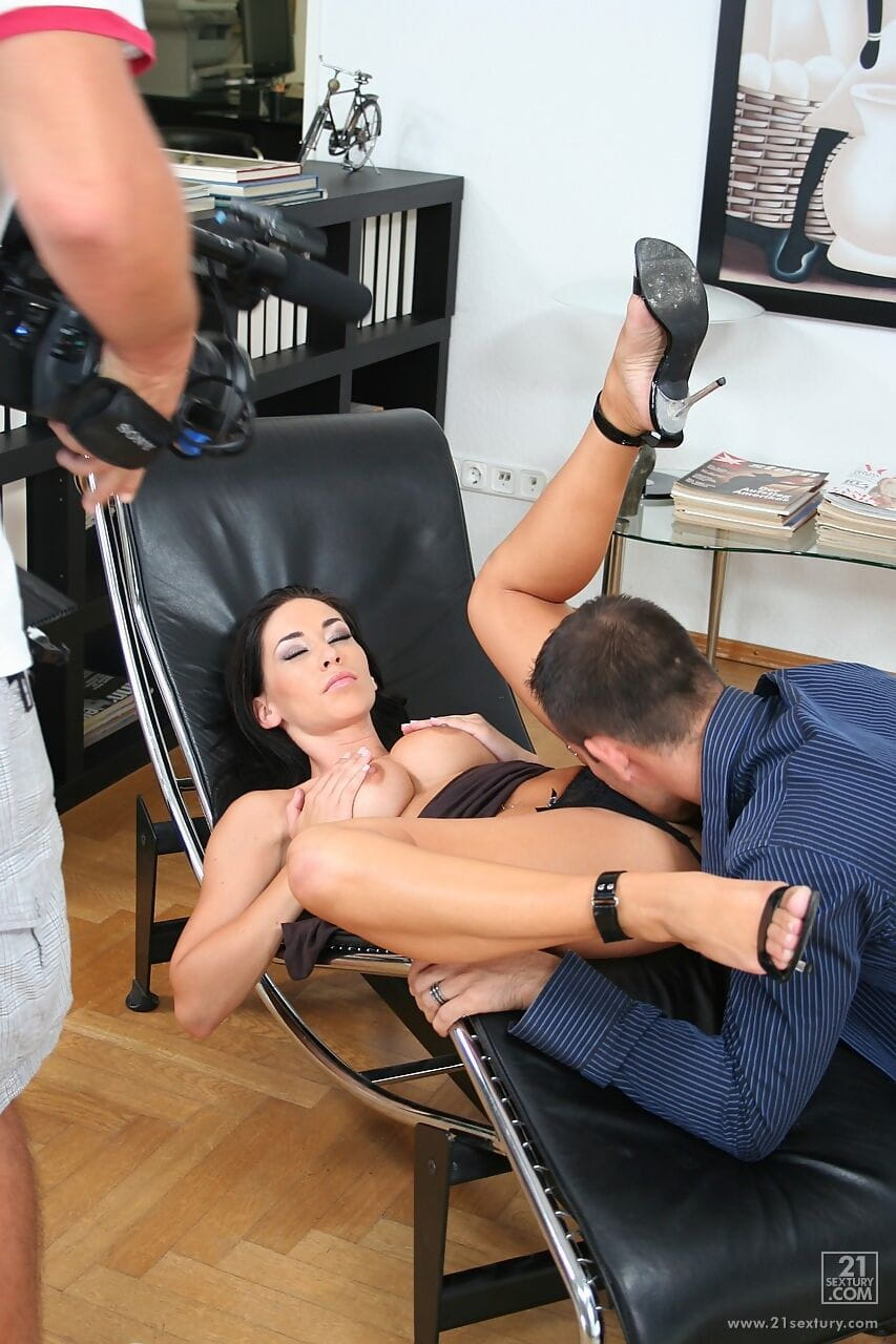 Behind the scenes with Hungarian MILF Mya Diamond and her vindictive sexual act show