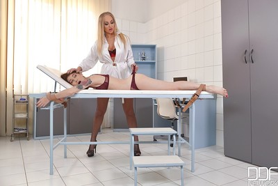 Blond doctor gives her tractable a marvelous and damp uterus check up