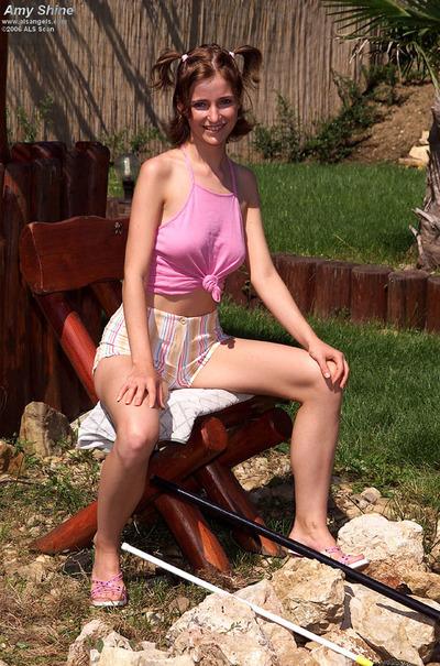 Teen hottie Hotty Shines swelling her pink fur pie outdoors