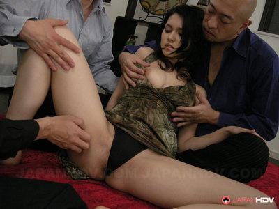 Maria Ozawa fingered by triple men.