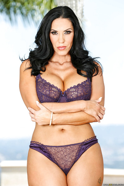 Massive boobed brunette mom Veronica Rayne flaunting nice melons
