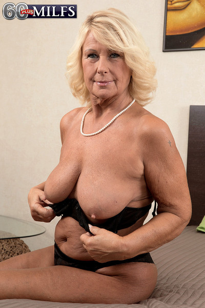 Older woman gets her mature creampie