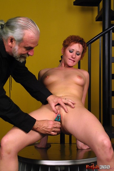 Redheaded whore gets zeppelins and fur pie clamped