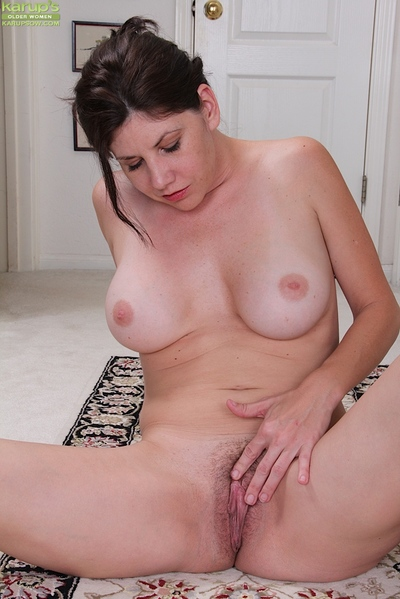 Older broad Arden Delaney strips unclothed to widen ripe vagina