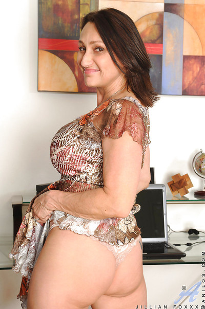 Brunette hair MILF Killian Foxxx goes without clothes and hammers her clit with a vibrator