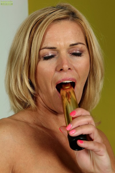 Super fit full-grown babe carrie toying her smooth on top juicy fur pie