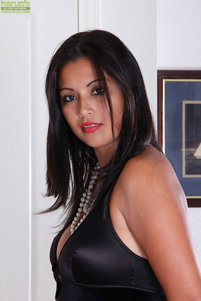 Milf Latina Veronica is playing with her pleasant shaved holes