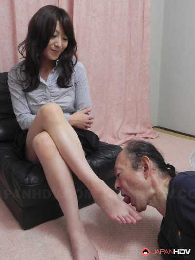 Japanese angel Miku Sachi has her trimmed bush and feet licked by a white man