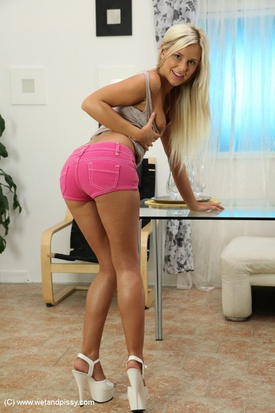 Blonde with smooth head cage of love Dido Queen is posing so freaking sexy
