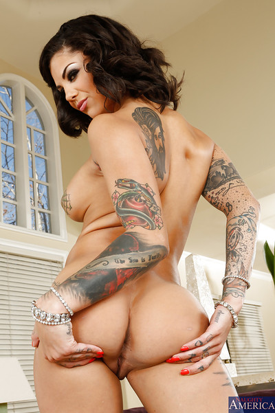 Charming babe Bonnie Rotten rubbing nipples and spreading vagina