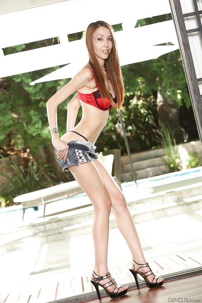 skinny nude beine zu verbreiten