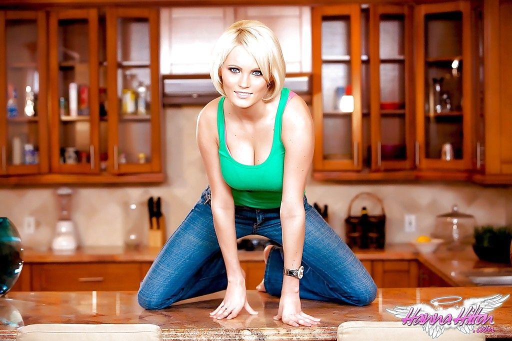 Hanna Hilton neukt in de keuken